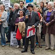 Amsterdam, 21-09-2013.  Vanuit 16 steden in het land kwamen bussen naar Amsterdam met betogers die meededen aan de demonstratie tegen de geplande bezuinigingen van het kabinet. De organisatie Comité Stop Bezuinigingen schatte de opkomst op ongeveer 5000 mensen. De manifestatie begon op het Beursplein. Vandaar trokken de demonstranten naar het beeld van de Dokwerker op het Jonas Daniël Meijerplein. Daar werd gesproken door onder andere SP-leider Emile Roemer en Henk Krol (50Plus). Meer dan 50 maatschappelijke organisaties hebben hun steun toegezegd aan de protestactie. Onder meer de Amsterdamse afdelingen van FNV Bondgenoten, Abvakabo FNV en SP en GroenLinks namen het initiatief tot de demonstratie. Zij menen dat de bevolking ,,het niet langer pikt'' dat de regering weer miljarden wil bezuinigen op onder meer zorg en kinderopvang. Volgens het comité worden de kosten van de crisis afgewenteld op kwetsbare groepen in de samenleving en worden ,,bonussen, belastingontwijking en de topinkomens nauwelijks aangepakt''.