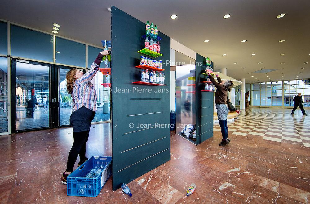 Nederland, Amsterdam, 6 december 2016.<br />Het kunstproject Winter Wonder Wasteland gemaakt van plastic afval uit het IJ in het kader van Amsterdam Schoon.<br />Op de foto: Het kunstenaarsduo Dirty Beach uit Engeland tijdens de opbouw van de installatie in de hal van de Stopera.<br /><br /><br /><br />Foto: Jean-Pierre Jans
