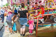 Nederland, Tilburg, 20160726<br /> Een kinderattractie met wagentjes. Ouders staan te kijken met hun kinderen.<br /> Kermis in Tilburg. De grootste kermis van Nederland en de Benelux.<br /> Op het kilometers lange parcours staan tientallen attracties <br /> <br /> Netherlands, Tilburg<br /> Funfair in Tilburg. The largest fair in the Netherlands and Benelux.<br /> dozens of attractions on the kilometer-long trail