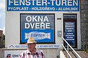 Aussenbereich der ehemaligen Grenzstation in Dolni Dvoriste - von 1955 bis 1989 lag der Ort am Eisernen Vorhang. Der frühere Zöllner Miroslav Schwarz erläutert wie das Gelände zu seiner Dienstzeit aussah.
