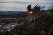Una fogata se enciende en la punta de los cerros que rodean a Norogachi. Los tambores tradicionales suenan en lo alto desde los cuatro puntos cardinales, de esta forma da inicio la Semana Santa en Norogachi, México, el 8 de abril de 2009.