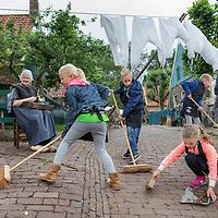 Nederland, Enkhuizen, 8 juni 2017.<br /> De stoep vegen zoals dat vroeger nog ging.<br /> Steeds meer scholen kiezen voor een educatie/leerzame schoolreis kiezen (ipv voor een pretpark)<br /> <br /> Foto: Jean-Pierre Jans