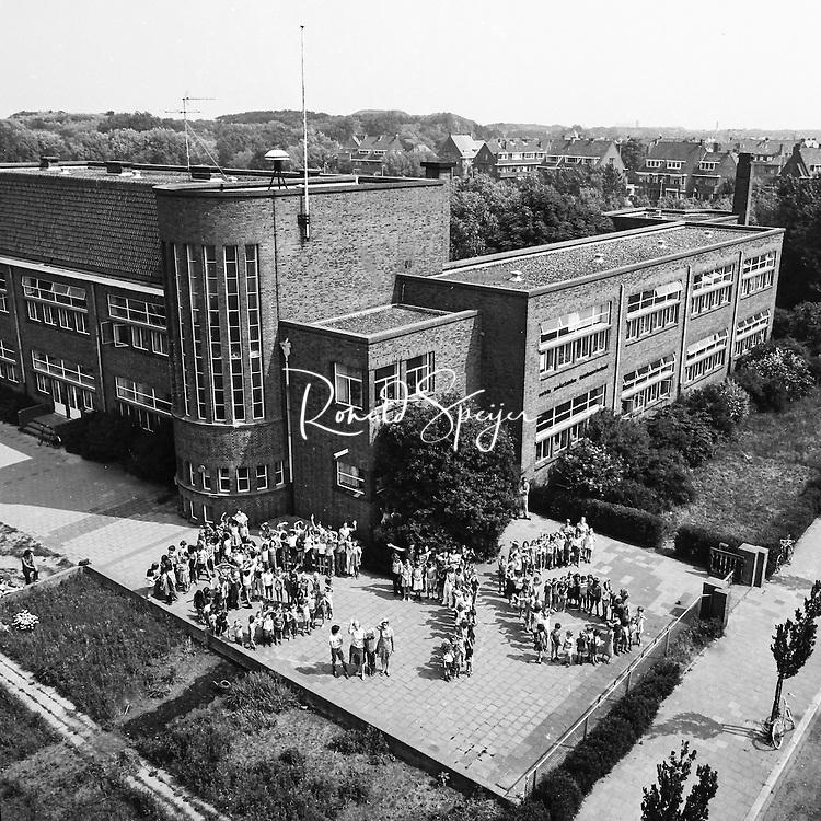 Den Haag 01-06-1976<br /> Laan van Poot<br /> Monessori school op de Haagse Laan van Poot bestaat 60 jaar<br /> Leerlingen vormen de jaartallen 1916-1976<br /> © Ronald Speijer