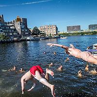 Nederland, Amsterdam, 24 augustus 2016.<br /> Zomer in de stad.<br /> Zomerse pret bij het strandje en terras van Amsterdam Roest op Jacob Bontiusplaats.<br /> <br /> Summer in the city of Amsterdam. <br /> Summer fun at the beach and terrace of Amsterdam Rust on Jacob Bontiusplaat.<br /> <br /> Foto: Jean-Pierre Jans