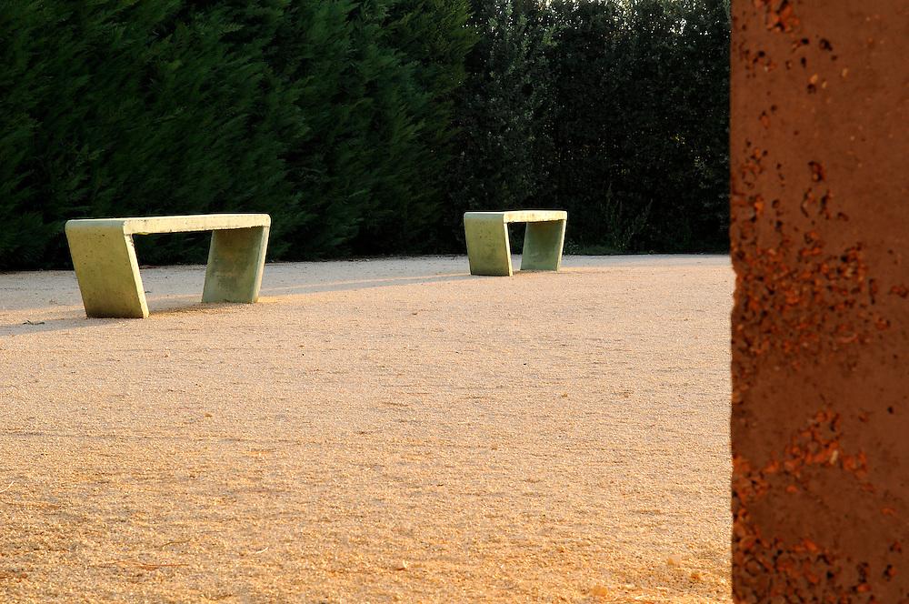 France, Languedoc Roussillon, Gard, Uzège, Saint-Quentin-la-Poterie, Mas de Licon, jardin de la Noria, bancs de béton de Pierre Baey