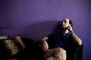 """Fausto Bordalo Dias em composicao e gravacao do album """"Em Busca das Montanhas Azuis""""..O album marca o final da trilogia iniciada nos anos 80. .Momento de descontraccao no estudio CrossOver.."""