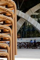 """È stata inaugurata il 1° luglio 2004, la nuova Chiesa di San Pio da Pietrelcina progettata dall'architetto Renzo Piano. Esattamente 45 anni prima, nel 1959,  veniva inaugurata la chiesa """"grande"""" di Santa Maria delle Grazie. .Sorta a fianco del santuario e convento in cui visse il frate, ha la forma di una conchiglia e la sua pianta ricorda quella della spriale archimedea. Enormi archi parto dal perimetro esterno e terminano nel fulcro della """"conchiglia"""" dove è posto l'altare. Possenti staffe d'acciaio, ancorate agli archi, sorreggono la volta che ricoperta di rame preossidato espone alla vista un intenso un colore verde-rame.   .Con i suoi 6000 mq, è la seconda chiesa più grande in Italia per dimensioni, dopo il Duomo di Milano. Può ospitare oltre 7000 persone e per la sua realizzazione sono state impiegati 30.000 metri cubi di calcestruzzo, 1.320 blocchi in pietra di Apricena, 70.000 metri cubi di scavo in roccia, 60.000 chili di acciaio, 500 mq di vetro, 19.500 mq di rame preossidato. Ogni anno è meta di oltre sei milioni di pellegrini..Scorcio della facciata della chiesa e dei suoi archi. In primo piano sulla sinistra una pila di sedie utilizzate per i posti a sedere sul piazzale in occasione dei grandi eventi."""