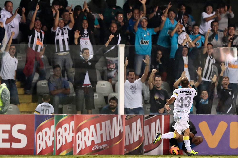 SANTOS X S&atilde;o Paulo - CAMPEONATO BRASILEIRO - 02/10/2013<br /> ESPORTE -  em lance de jogo entre Santos e S&atilde;o Paulo, v&aacute;lido pela 25&ordf; rodada do Campeonato Brasileiro de 2013, realizado no est&aacute;dio da Vila Belmiro, na cidade de Santos. FOTO: DANIEL GUIMAR&Atilde;ES/FRAME