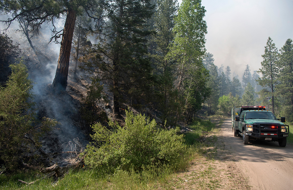 em061517c/jnorth/Fire fighters battle the Bonita Fire that is burning around 2000 acres in the Carson National Forest near Canon Plaza Thursday June 15, 2017. (Eddie Moore/Albuquerque Journal)