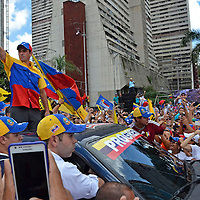 Henrique Capriles Radonski en el cierre de su campaña en la avenida Bolivar, donde miles de seguidores se volcaron a la calles a una semana de la elecciones presidenciales. Caracas, 30 de Septiembre del 2012. Jimmy Villalta