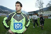 Fotball, 21. april 2002. Tippeligaen, Sogndal v  Start. Fosshaugane. Dime Jankulovski, Start, foran Sogndal-spillerene som jogger ut etter kampen.