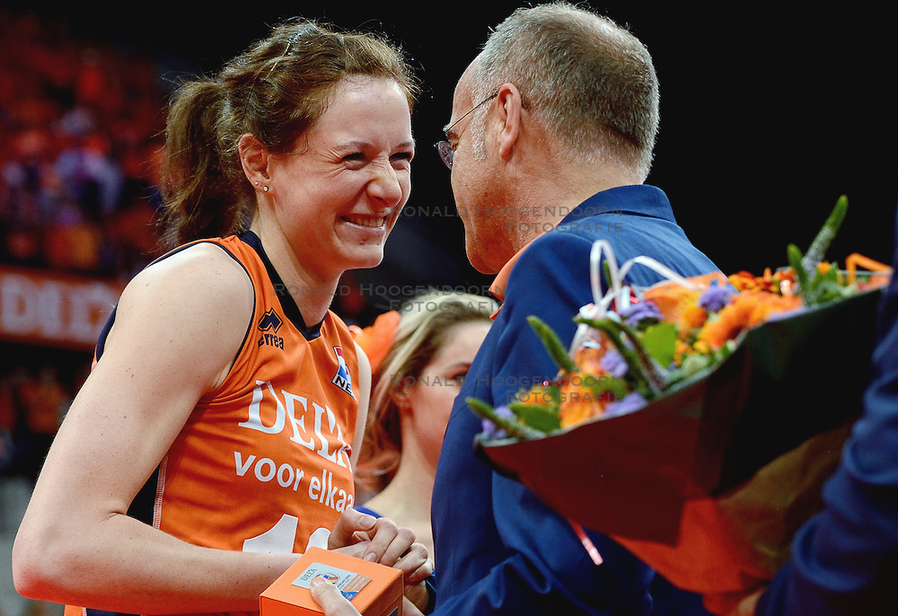 04-10-2015 NED: Volleyball European Championship Final Nederland - Rusland, Rotterdam<br /> Nederland verliest kansloos met 3-0 van het sterke Rusland / Lonneke Sloetjes #10