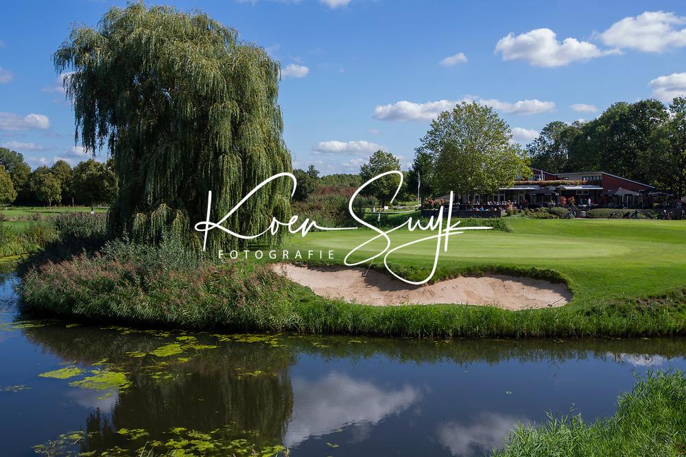 ELST - Hole 18 met clubhuis. Golfbaan Landgoed Welderen. COPYRIGHT  KOEN SUYK