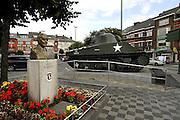 Belgie, Bastogne, 23-9-2008Een sherman tank staat op het marktplein in het centrum van deze stad in Wallonie. In de ardennen lanceerde Duitsland eind 1944 een offensief in een wanhoipige poging het front in het westen te breken. Amerikaanse soldaten van de 101ste parachutisten divisie hielden hier stand en beslisten daarmee de strijd. A Sherman tank is on the market square in the center of this town in Wallonie. In the Arden end of 1944 Germany launched an offensive in an attempt wanhoipige the front in the west to break. American soldiers of the paratroopers division 101ste held position and decided this battle of the Bulge. AirborneFoto: Flip Franssen/Hollandse Hoogte