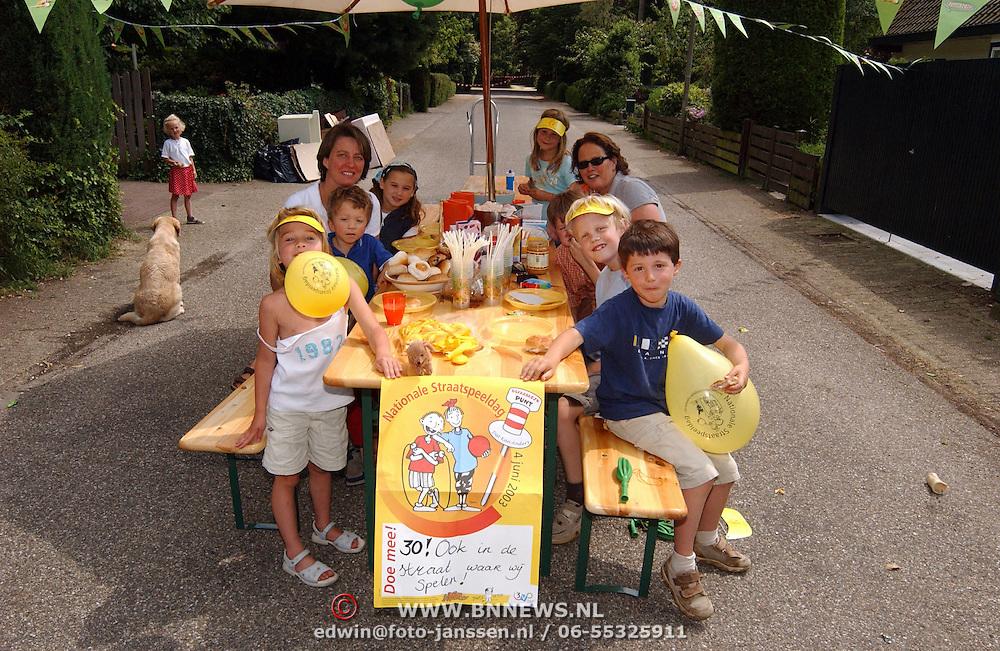 Nationale Straatspeeldag Statelaan Bussum, kinderen lunchen op straat