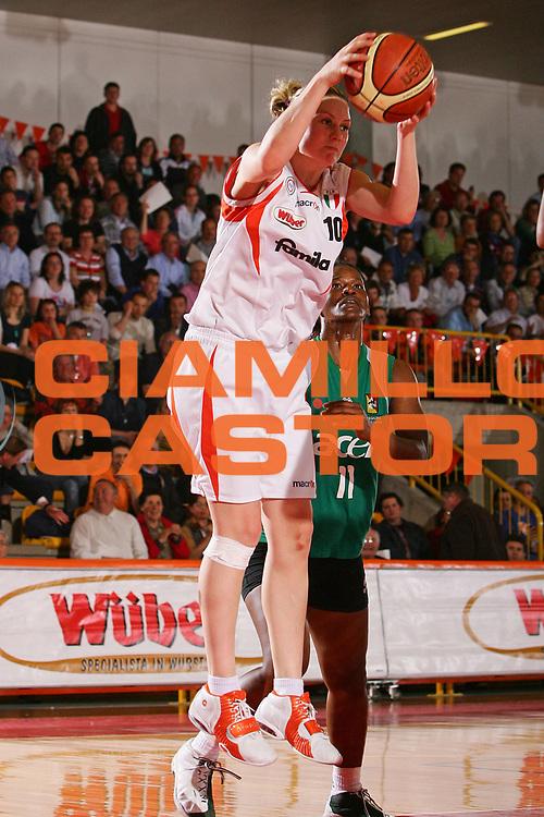 DESCRIZIONE : Schio Lega A1 Femminile 2005-06 Finale Scudetto Gara 3 Famila Schio Acer Priolo <br /> GIOCATORE : Taylor <br /> SQUADRA : Famila Schio <br /> EVENTO : Campionato Lega A1 Femminile Finale Scudetto Gara 3 2005-2006 <br /> GARA : Famila Schio Acer Priolo <br /> DATA : 09/05/2006 <br /> CATEGORIA : Rimbalzo <br /> SPORT : Pallacanestro <br /> AUTORE : Agenzia Ciamillo-Castoria/S.Silvestri