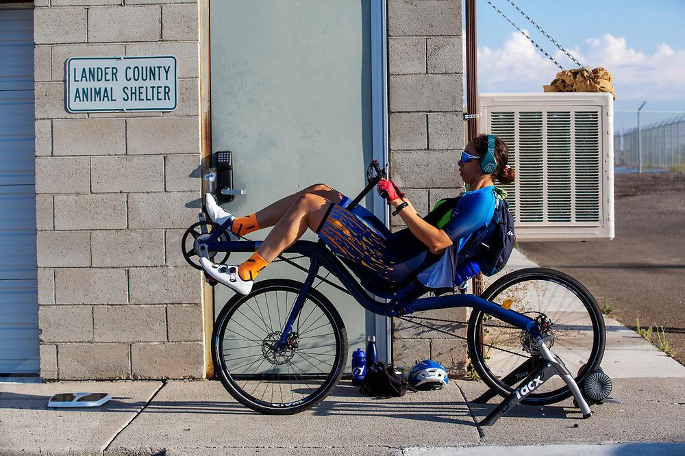 Atleet Jennifer Breet is aan het opwarmen. In Battle Mountain oefent het team voor het eerst met de VeloX in Amerika. Het Human Power Team Delft en Amsterdam, dat bestaat uit studenten van de TU Delft en de VU Amsterdam, is in Amerika om tijdens de World Human Powered Speed Challenge in Nevada een poging te doen het wereldrecord snelfietsen voor vrouwen te verbreken met de VeloX 9, een gestroomlijnde ligfiets. Het record is met 121,81 km/h sinds 2010 in handen van de Francaise Barbara Buatois. De Canadees Todd Reichert is de snelste man met 144,17 km/h sinds 2016.<br /> <br /> With the VeloX 9, a special recumbent bike, the Human Power Team Delft and Amsterdam, consisting of students of the TU Delft and the VU Amsterdam, wants to set a new woman's world record cycling in September at the World Human Powered Speed Challenge in Nevada. The current speed record is 121,81 km/h, set in 2010 by Barbara Buatois. The fastest man is Todd Reichert with 144,17 km/h.