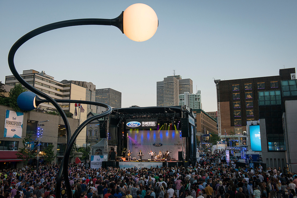 Depuis 1989, montréalais et touristes envahissent chaque année le site sécuritaire et festif des FrancoFolies une dizaine de jours durant, en plein coeur du centre-ville. Since 1989, Les FrancoFolies de Montréal has been the true reflection of a thriving French-speaking music world!