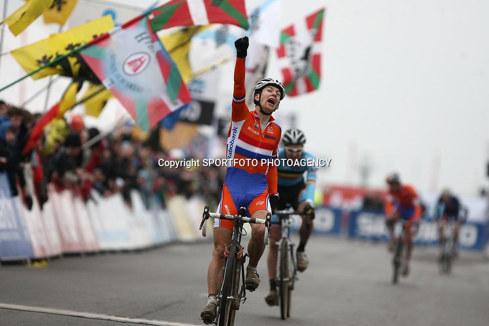 Lars van der Haar klopt Wietse Bosmans in een sprint op het WK in Koksijde