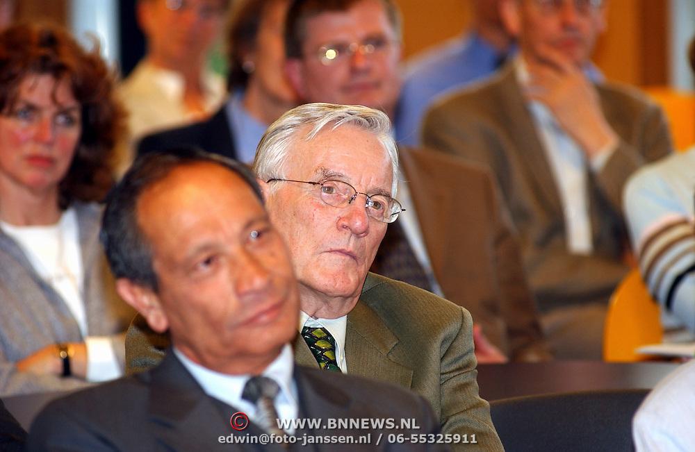 Minister Maria van der Hoeven spreekt op CDA bijeenkomst Huizen, Joop van der Reijden en burgemeester Jos Verdier, publiek, luisteraars