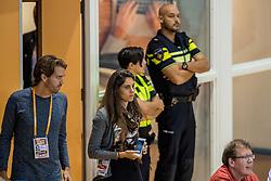 19-08-2017 NED: Oefeninterland Nederland - Italië, Apeldoorn<br /> De Nederlandse volleybal mannen spelen hun tweede oefeninterland van twee in Topsporthal De Voorwaarts tegen Italie als laatste voorbereiding op het EK in Polen / Pers, VIP, Veva, Thijs, politie, beveiliging