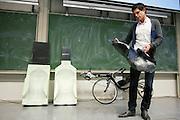 Jan Bos vertelt over zijn training en zijn doel met de Velox. In Delft presenteert het Human Power Team Delft, bestaande uit studenten van de TU Delft en de VU Amsterdam, het model van de nieuwe fiets waarmee ze het wereldrecord van 133 km/h willen verbreken. Oud-kampioen schaatsen Jan Bos is een van de renners.<br /> <br /> The Human Powered Team Delft, a team of students of the TU Delft and the VU Amsterdam, are presenting the model of their new bike. With the Velox2 they want to break the world pace record of 133 km/h per bike.