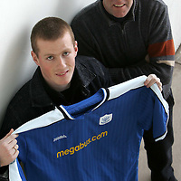 Ex Hearts player Robert Sloan pictured at McDiarmid Park this morning after signing an 18 month deal, he is pictured with manager John Connolly<br />