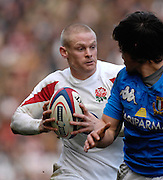 Twickenham, GREAT BRITAIN, Iain BALSHAW, attacking with the ball looks for a way around the Italian defender, during the  England vs Italy, Six Nations Rugby match,  played at the  RFU Twickenham Stadium on Sat 10.02.2007  [Photo, Peter Spurrier/Intersport-images].....