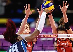 08-01-2016 TUR: European Olympic Qualification Tournament Nederland - Italie, Ankara<br /> De volleybaldames hebben op overtuigende wijze de finale van het olympisch kwalificatietoernooi in Ankara bereikt. Italië werd in de halve finales met 3-0 (25-23, 25-21, 25-19) aan de kant gezet / Paola Ogechi Egonu #18 of Italie slaat de bal in het blok van Lonneke Sloetjes #10, Yvon Belien #3