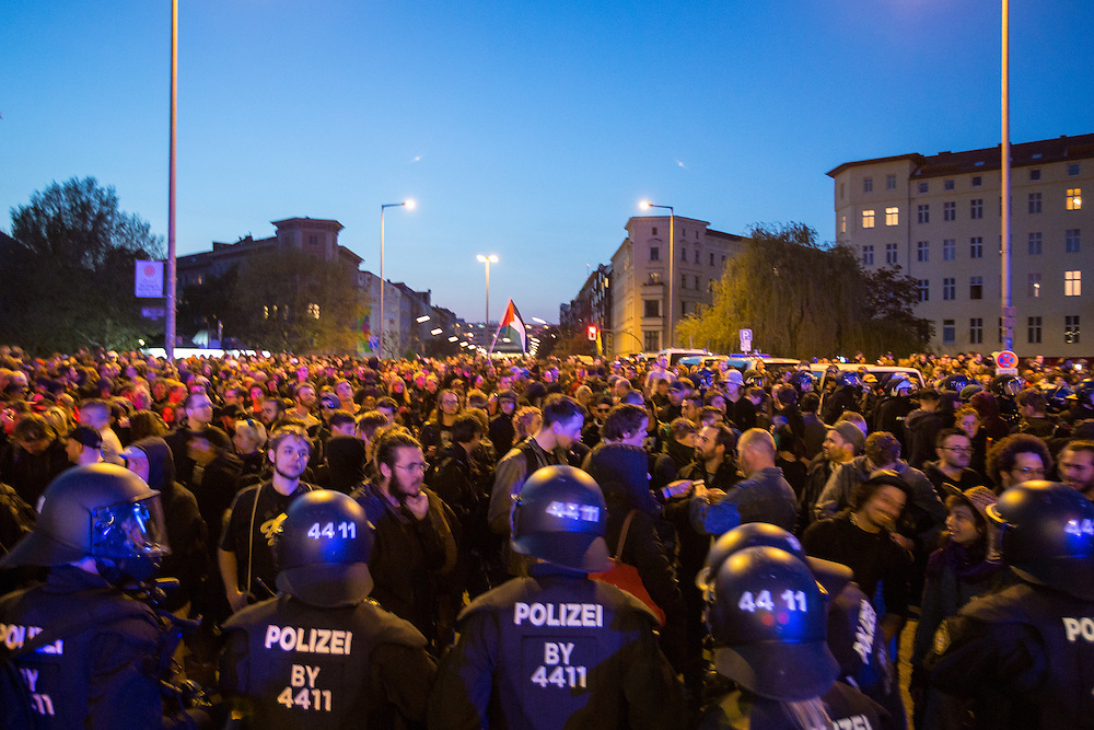 """Rund 20.000 Menschen beteiligten sich laut Veranstalterangaben an der diesjährigen """"Revolutionären 1. Mai Demonstration"""" in Berlin. Die Polizei hingegen sprach von knapp 13.000 Teilnehmern. Nach der Auflösung des Aufzuges am Lausitzer Platz kam es kurzeitig zu Stein – und Flaschenwürfen auf Polizeibeamte. In Folgen dessen kam es zu mehreren Festnahmen."""