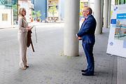 LEIDEN 20-05-2020 Koningin Maxima tijdensi een werkbezoek aan het Leids Universitair Medisch Centrum (LUMC). Het bezoek vindt plaats in het kader van de uitbraak van het coronavirus (COVID-19). Koningin Máxima spreekt in het LUMC met medewerkers van de afdeling Medische Microbiologie. Virologen geven uitleg over hun werkzaamheden in het laboratorium bij het ontwikkelen van vaccins en geneesmiddelen. <br /> <br /> Queen Maxima during a working visit to the Leiden University Medical Center (LUMC). The visit takes place in the context of the coronavirus outbreak (COVID-19). Queen Máxima speaks at the LUMC with staff from the Department of Medical Microbiology. Virologists explain their work in the laboratory in developing vaccines and medicines.
