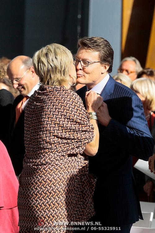 NLD/Amsterdam/20120922 - Koningin Beatrix opent het Vernieuwde Stedelijk Museum , Prinses Laurentien begroet haar man prins Constantijn