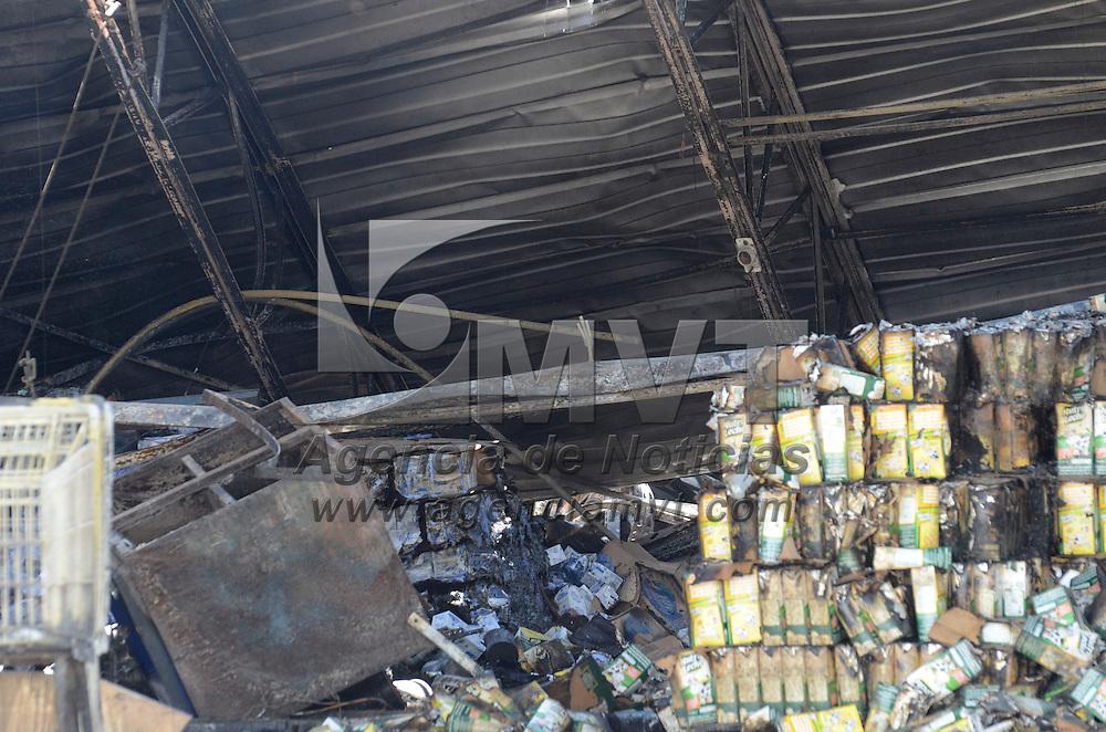 Ixtlahuaca, Méx.- Aspectos del supermercado Bodega Aurrera de Ixtlahuaca en el cual se registro un incendio durante la madrugada de este jueves, no se registraron lesionados solo daños materiales, policias municipales resguardan el lugar. Agencia MVT / José Hernández