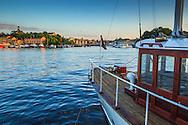 Ångbåt vid Strandvägen Nybroviken med Skeppsholmen i bakgrunden Stockholm