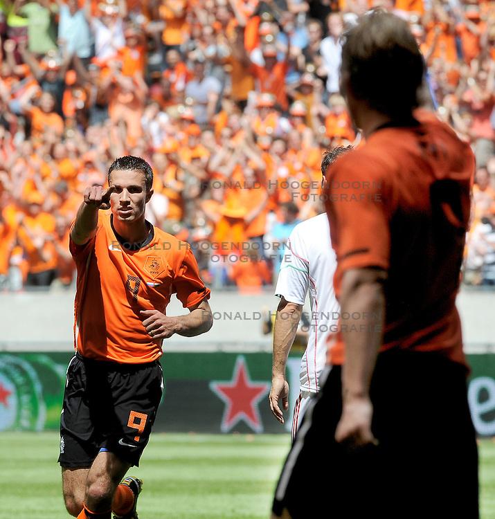 05-06-2010 VOETBAL: NEDERLAND - HONGARIJE: AMSTERDAM<br /> Nederland wint met 6-1 van Hongarije / Robin van Persie scoort de 1-0 op aangeven van Dirk Kuyt<br /> &copy;2010-WWW.FOTOHOOGENDOORN.NL