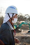 Arbetare vid ett stort område för en tillfällig lagring av radioaktiv jord i byn Shidamyo. Fukushima Prefektur, Japan