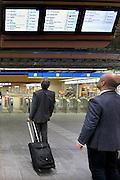 Nederland, Arnhem, 1-9-2015Het vernieuwde centraal station van de NS. Arnhem wordt in de toekomst een knooppunt voor het treinverkeer. Het ontwerp voor het station is gemaakt door architectenbureau UNStudio, Ben van Berkel. Treinreizigers kijken naar de infoschermen om het perron van vertrek te vindenFoto: Flip Franssen/Hollandse Hoogte