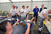 Nederland, The Netherlands, Cuijk, 22-7-2016Koning Willem-Alexander bracht op de 4e dag van de 4daagse een kort bezoek op de route, parcours, van de 100e vierdaagse, van Nijmegen. Hij liep vanaf de schouwburg in Cuijk over de pontonbrug over de Maas naar de overkant waar hij een verzorgingspost van het Rode Kruis bezocht. Op de brug hief hij het glas met de pontoniers die de noodbrug gelegd hebben en onderweg mengde hij zich met de wandelaars.Foto: Flip Franssen/ HH