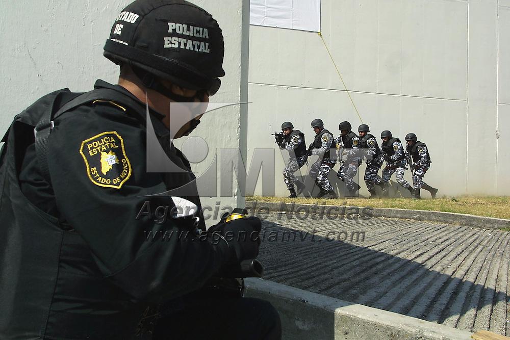 Toluca, Méx.- Efectivos del grupo especial de la Policia de Estado durante un simulacro de rescate con rehenes en la entrega de equipamiento a la Direccion de Seguridad Publica. Agencia MVT / Mario Vázquez de la Torre.