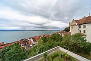 Blick über Unterstadt von Meersburg und die Meersburg auf den Bodensee, dunkle Wolken, Überlinger See, Baden-Württemberg, Deutschland