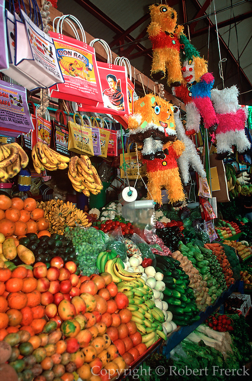 MEXICO, SAN MIGUEL ALLENDE fruit, crafts in Mercado El Nigromante