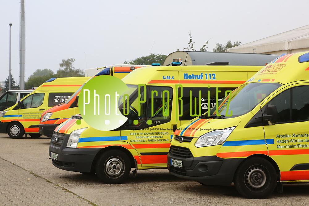 Mannheim. 26.08.17 | &Uuml;bung am AB MANV.<br /> K&auml;fertal. Feuerwache Nord. &Uuml;bung von Feuerwehr und ASB am Abrollbeh&auml;lter Massenanfall von Verletzten (AB-MANV).<br /> Die durch die Firma GIMAEX-Schmitz in Luckenwalde ausgebauten AB-MANV verf&uuml;gen &uuml;ber eine umfangreiche technische und medizinische Beladung, die den Aufbau und den Betrieb eines Behandlungsplatzes f&uuml;r insgesamt bis zu f&uuml;nfzig Patienten erm&ouml;glicht.<br /> Als &Uuml;bungsszenario wird eine explosion in einem Kaufhaus dargestellt.<br /> <br /> <br /> <br /> BILD- ID 2320 |<br /> Bild: Markus Prosswitz 26AUG17 / masterpress (Bild ist honorarpflichtig - No Model Release!)
