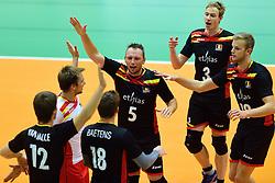 05-09-2015 NED: Volleybal vriendschappelijk Nederland - Belgie, Utrecht<br /> Nederland verliest kansloos met 3-0 van Belgie / Frank Depestele #5, Sam Deroo #3, Martijn Colson #19, Seppe Baetens #18