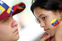 Fussball   International   42. Copa America   Feature           Ein Souvenirverkaeufer malt einem Maedchen die venezolanische Nationalflagge auf die Wange.