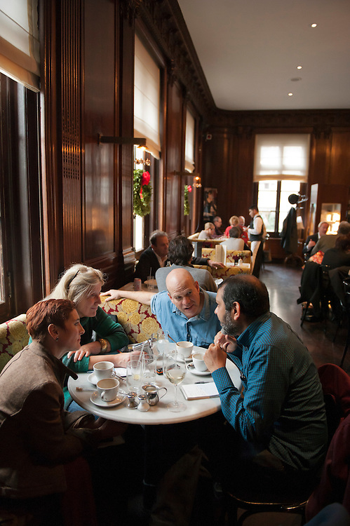 "vlnr: Heike Buchter, Christiane Grefe, David Simon, Suketu Mehta, ..David Simon (""Homicide"" und Drehbuchautor von ""The Wire"") und Suketu Mehta (Maximum City, über Bombay)diskutieren über Gewalt in Megacities im Café Sabarsky, 1048 Fifth Ave., New York, NY 10028.Mit Zeit Redakteuren Christiane Grefer und Heike Buchter....David Simon (""Homicide"", ""The Wire"") and Suketu Mehta (""Maximum"", City) discuss violence in Megacities at Café Sabarsky, New York.."