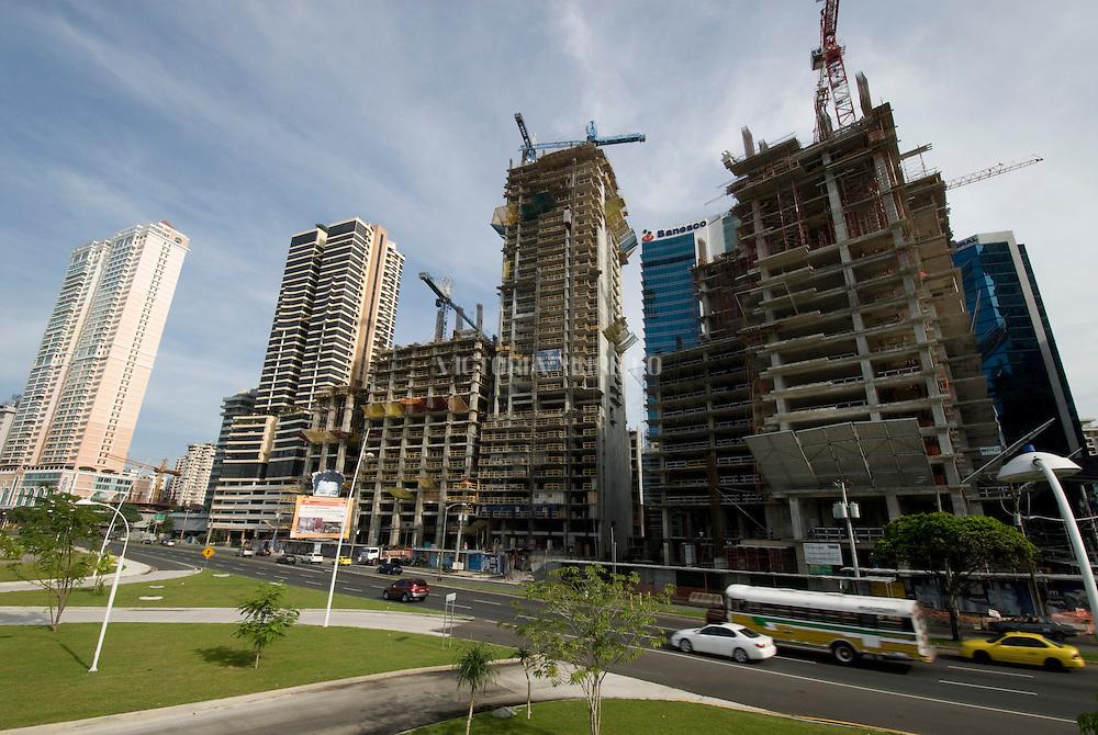 Vista de  la construccion de edificios Modernos en la  ciudad de Panama. Edificada frente a la golfo de Panamá, actualmente cuenta con una construcción de grandes edificios modernos, corredores viales y  centros comerciales.  .Foto: Ramon Lepage / Istmophoto...