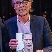NLD/Amsterdam/20191202 - Boekpresentatie biografie Marco van Basten, Jan Mulder ontvangt het eerste exemplaar van Marco van Basten
