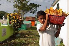 Guatemala. Giorno dei morti i bambini dipingono le tombe dei padri.
