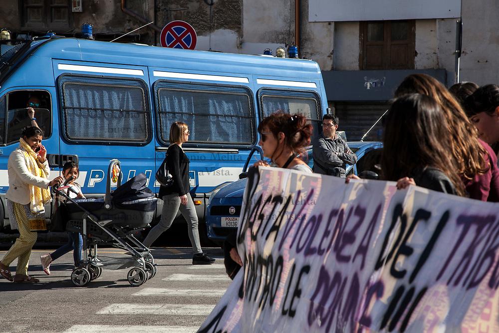 Attiviste durante il flash mob di protesta contro la violenza dei tribunali sulle donne.