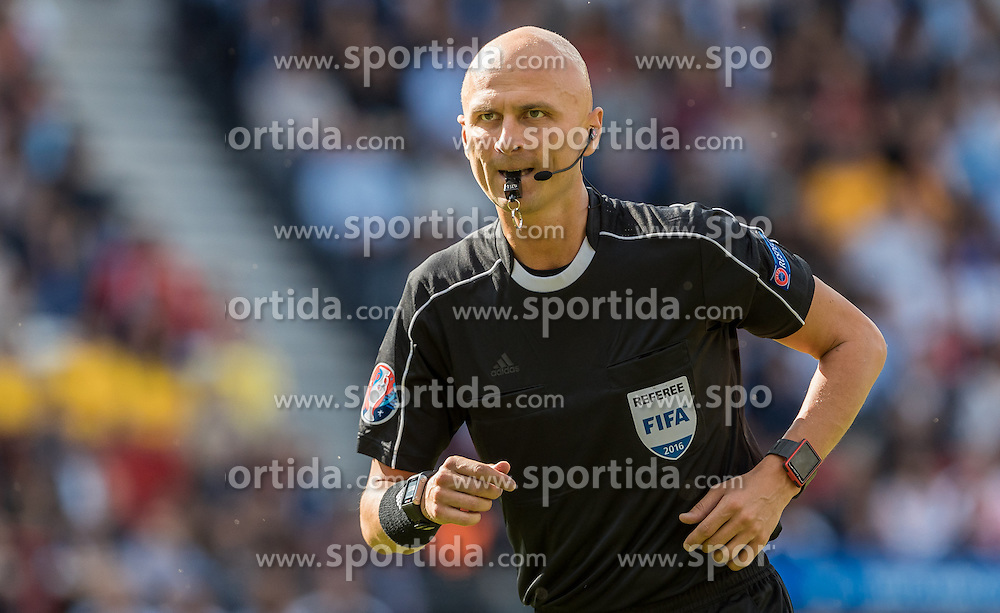 15.06.2016, Parc de Princes, Paris, FRA, UEFA Euro, Frankreich, Rumaenien vs Schweiz, Gruppe A, im Bild Schiedsrichter Sergej Karasew (RUS) // Referee Sergej Karasew (RUS) during Group A match between Romania and Switzerland of the UEFA EURO 2016 France at the Parc de Princes in Paris, France on 2016/06/15. EXPA Pictures © 2016, PhotoCredit: EXPA/ JFK